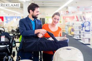 Par køber babyudstyr i en babybutik